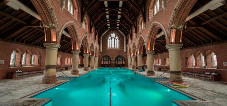 Una esglèsia de Londres amb una gran piscina